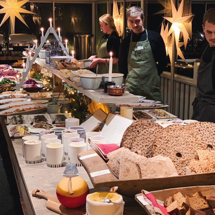 Sista förberedelserna inför julbord på Restaurang Albertina
