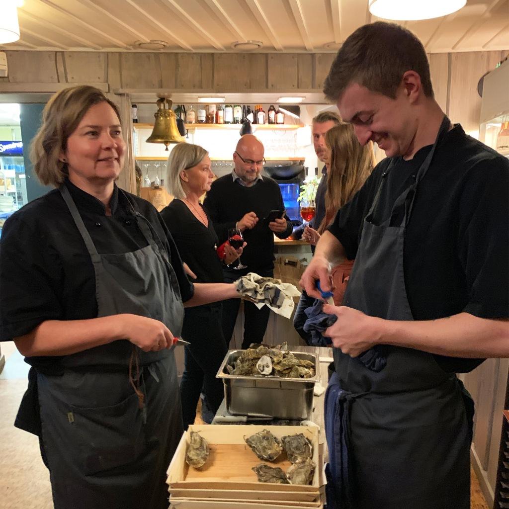 Ostron öppnas under skaldjurskväll på Restaurang Albertina.